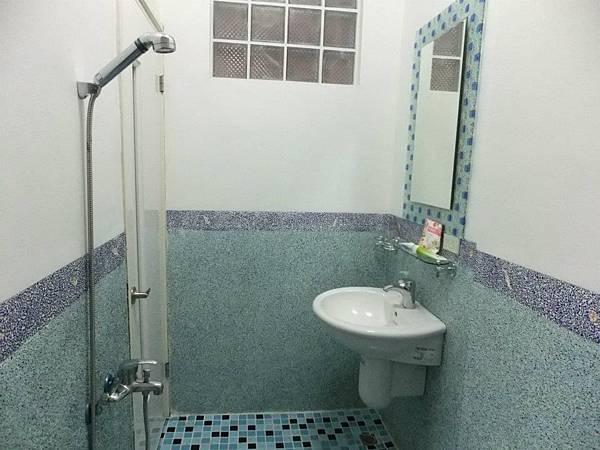 藍天四人房衛浴