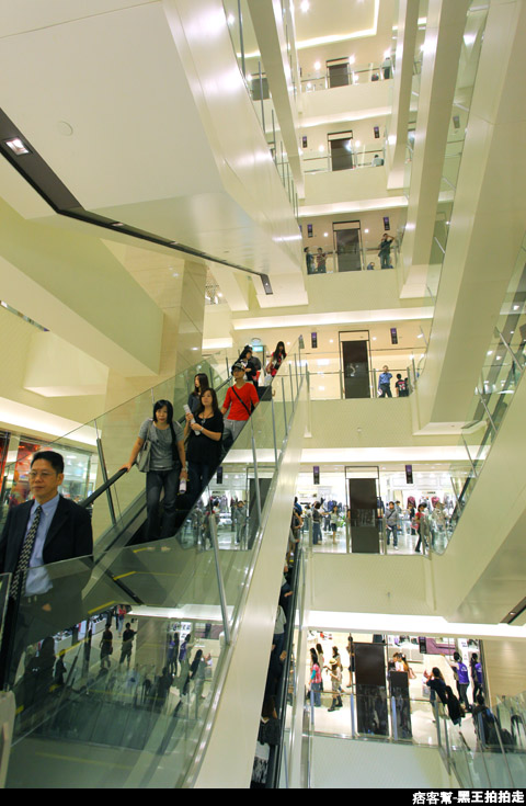 信義區統一阪急百貨開幕、排隊人潮、路人情境、街景、百貨專櫃、購物、週年慶-102.JPG