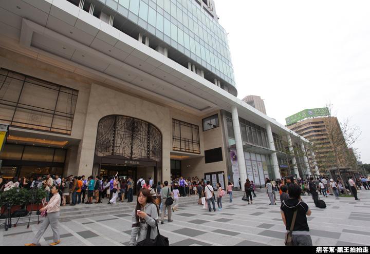 信義區統一阪急百貨開幕、排隊人潮、路人情境、街景、百貨專櫃、購物、週年慶-54.JPG