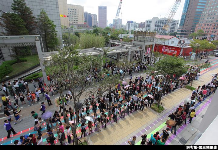 信義區統一阪急百貨開幕、排隊人潮、路人情境、街景、百貨專櫃、購物、週年慶-120.JPG