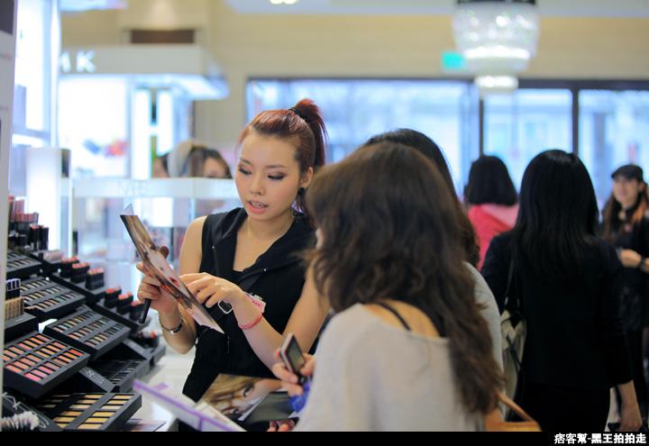 信義區統一阪急百貨開幕、排隊人潮、路人情境、街景、百貨專櫃、購物、週年慶-43.JPG