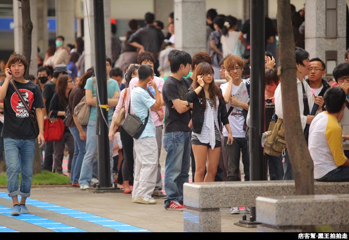 信義區統一阪急百貨開幕、排隊人潮、路人情境、街景、百貨專櫃、購物、週年慶-25.JPG