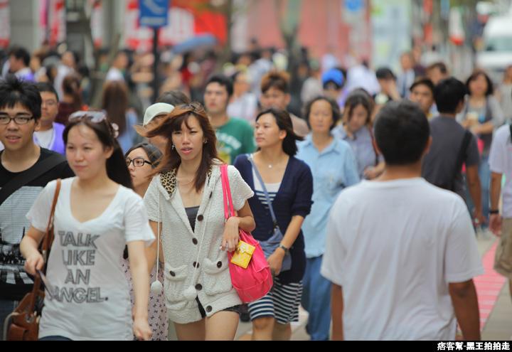 信義區統一阪急百貨開幕、排隊人潮、路人情境、街景、百貨專櫃、購物、週年慶-70.JPG