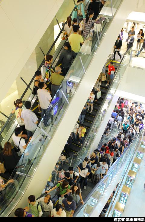 信義區統一阪急百貨開幕、排隊人潮、路人情境、街景、百貨專櫃、購物、週年慶-109.JPG