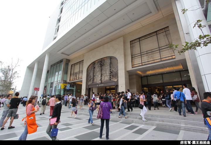 信義區統一阪急百貨開幕、排隊人潮、路人情境、街景、百貨專櫃、購物、週年慶-55.JPG