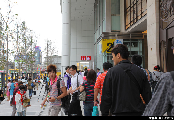 信義區統一阪急百貨開幕、排隊人潮、路人情境、街景、百貨專櫃、購物、週年慶-57.JPG