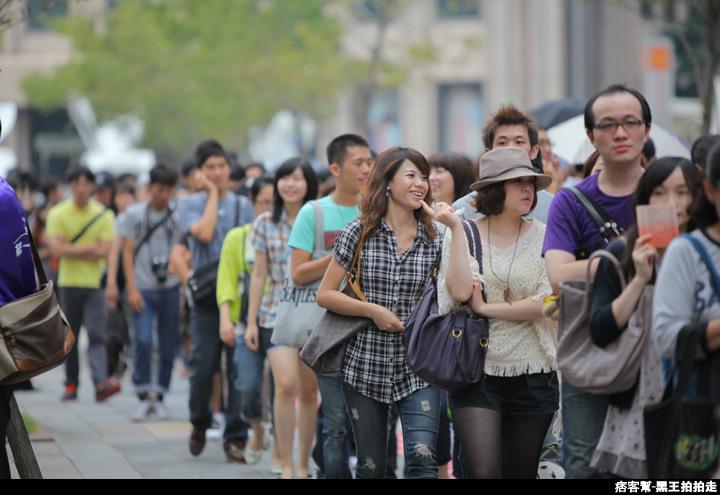 信義區統一阪急百貨開幕、排隊人潮、路人情境、街景、百貨專櫃、購物、週年慶-133.JPG