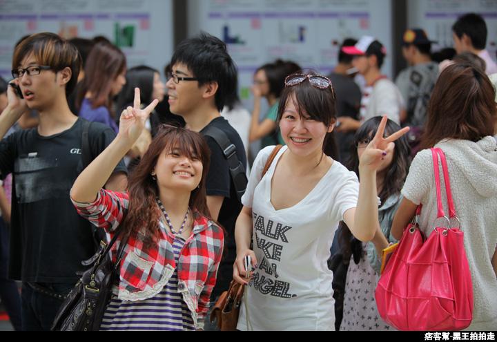 信義區統一阪急百貨開幕、排隊人潮、路人情境、街景、百貨專櫃、購物、週年慶-75.JPG