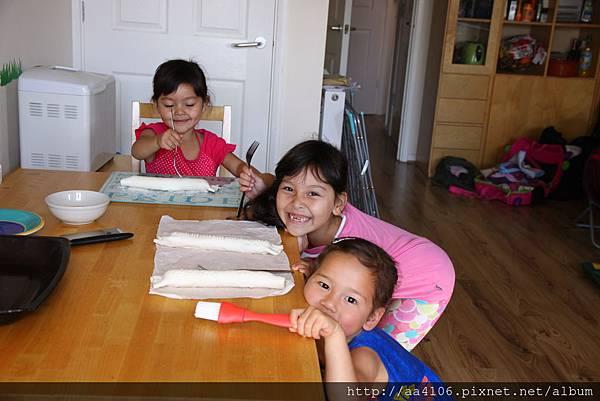 3 girls hotdog rolls