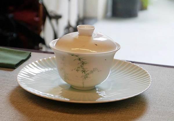 日本菊瓣瓷壺承-1.JPG
