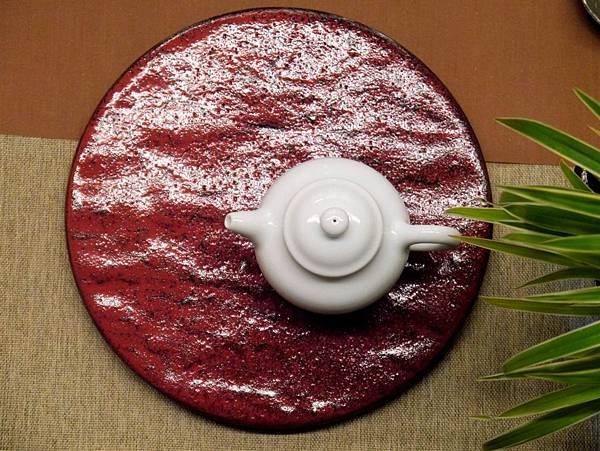 e35日本紅釉壺承-1.JPG