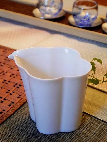 花辨形瓷茶盅-4.JPG