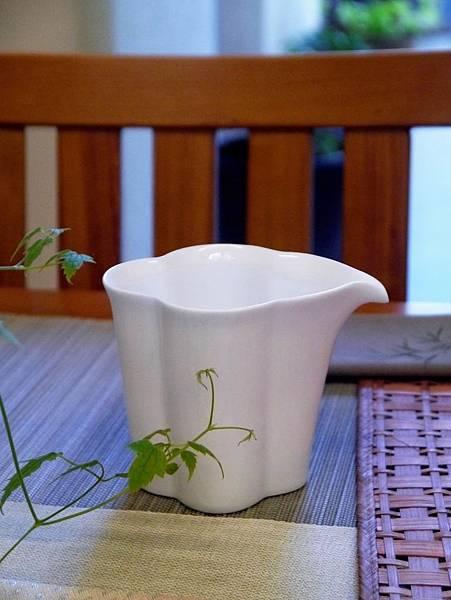 花辨形瓷茶盅-1.JPG