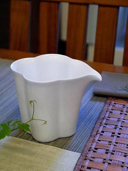 花辨形瓷茶盅-5.JPG
