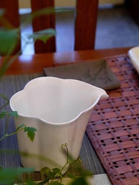 花辨形瓷茶盅-2.JPG