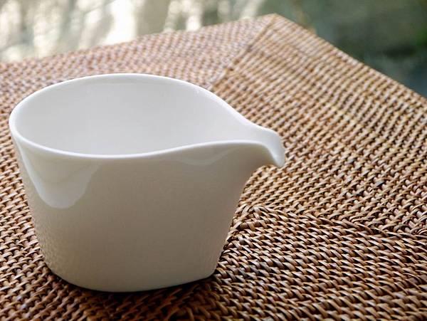 b11瓷白水滴形茶盅-4.JPG