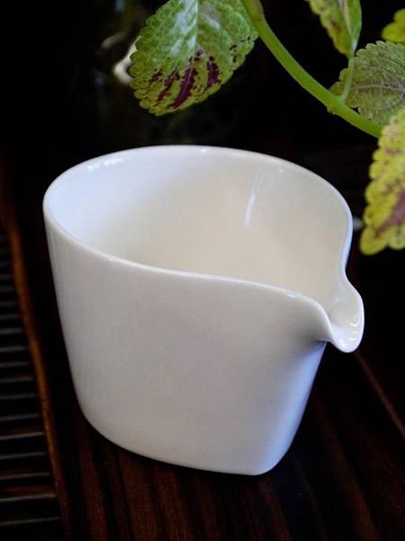 b11瓷白水滴形茶盅-3.JPG