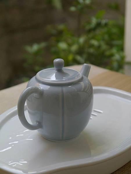 X14淡藍釉色瓷壺-2.JPG