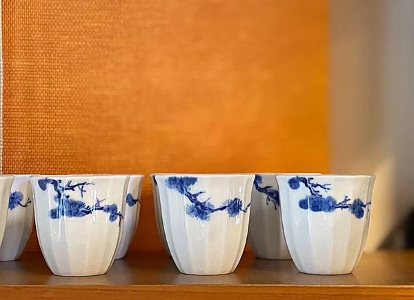 手繪松枝紋青花杯-4.jpg
