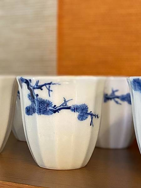 手繪松枝紋青花杯-3.jpg