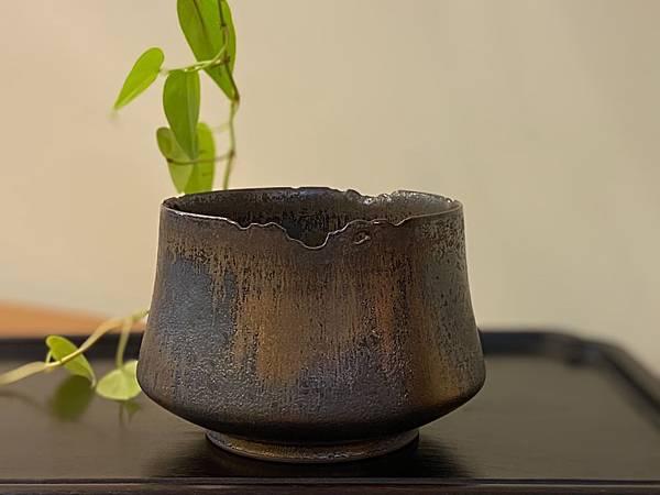 A16康嘉良墨金茶碗水方-1.jpg