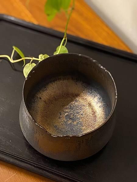 A16康嘉良墨金茶碗水方-3.jpg