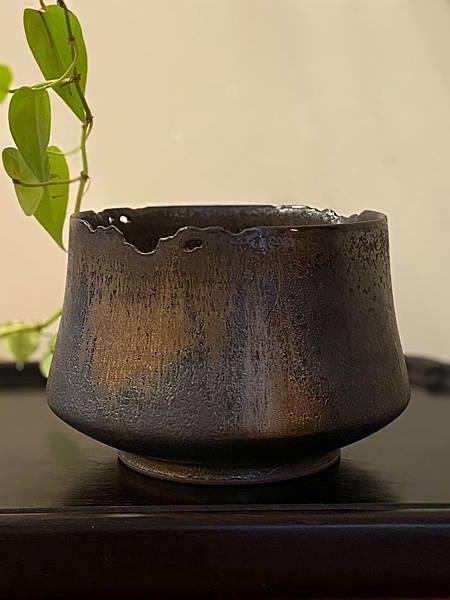 A16康嘉良墨金茶碗水方-4.jpg