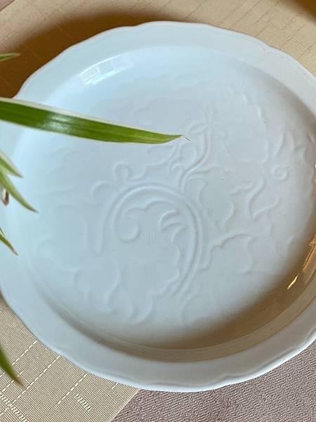 日本刻花白瓷盤-3.jpg