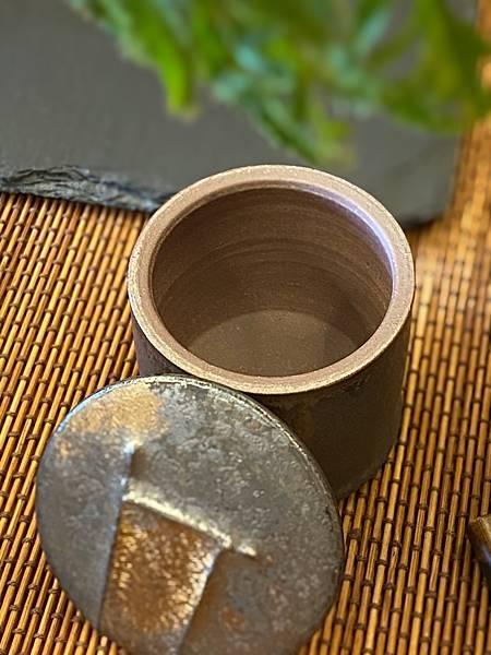 A37康嘉良墨金小茶罐-3.jpg