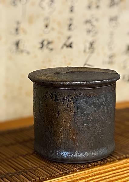 A37康嘉良墨金小茶罐-1.jpg
