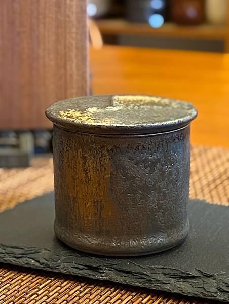 A37康嘉良墨金小茶罐-4.jpg