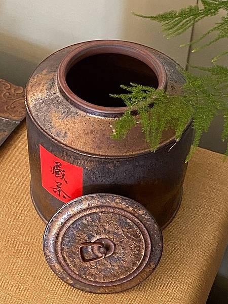 A76康嘉良墨金二斤茶罐-4.jpg
