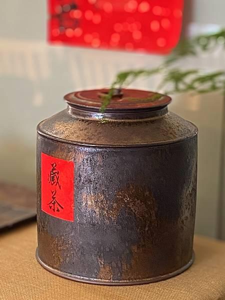 A76康嘉良墨金二斤茶罐-5.jpg
