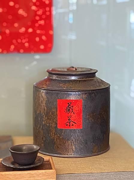 A76康嘉良墨金二斤茶罐-2.jpg
