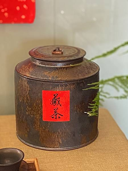 A76康嘉良墨金二斤茶罐-1.jpg