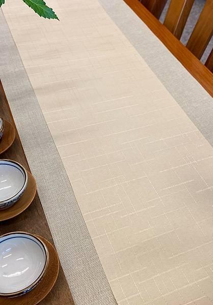 淺米黃格紋防水茶巾-1。.jpg