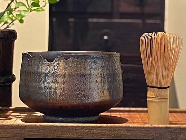 A90康嘉良墨金茶碗。水方-1.jpg