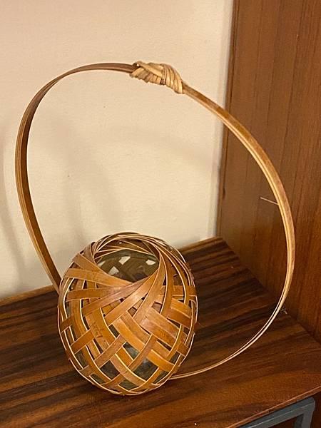 小圓高提把竹編花器-3.jpg