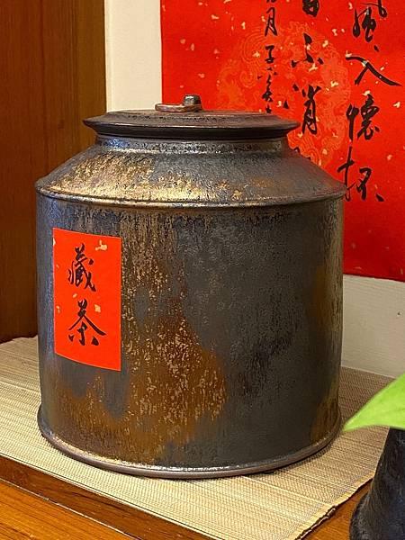 A92康嘉良2斤墨金茶罐-2.jpg