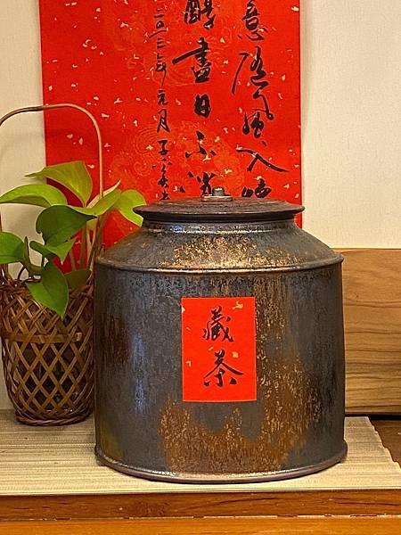 A92康嘉良2斤墨金茶罐-1.jpg