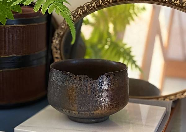 A93康嘉良墨金茶碗。水方-1.jpg