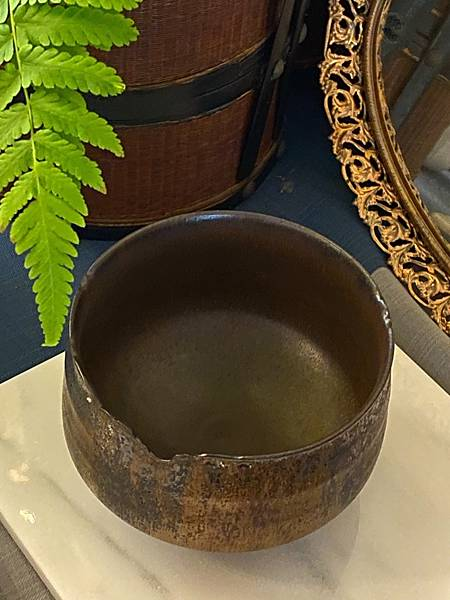 A93康嘉良墨金茶碗。水方-3.jpg