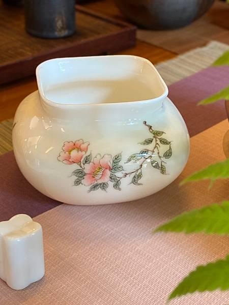 手繪山茶花瓷水方-1。.jpg