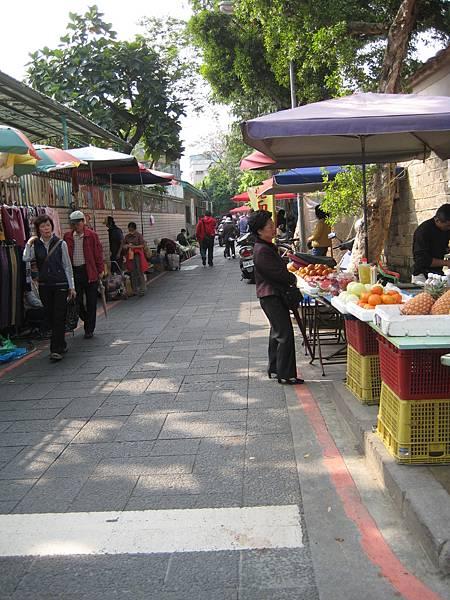 林家旁的市場.JPG