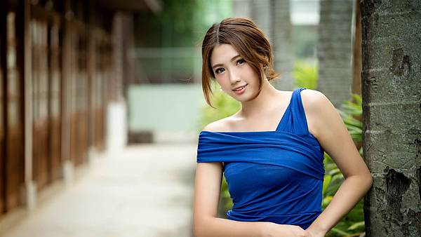 Attractive_blue_dress_beauty_Model_HD_Wallpaper_1366x768.jpg