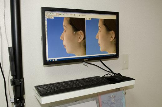 牆壁上的螢幕和鍵盤滑鼠