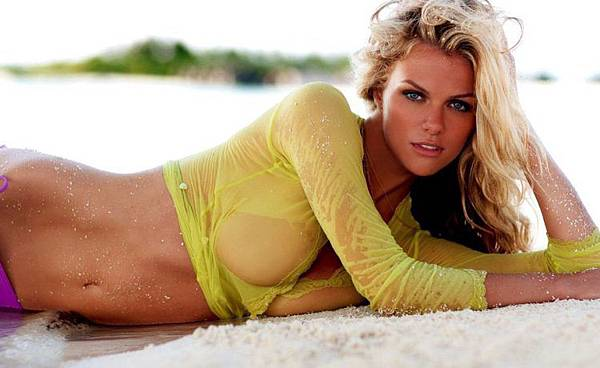 sportsillustrated-swimsuit-models-wearandcheer.com_-750x460