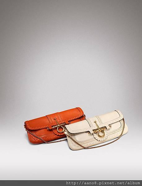 前)白色單邊馬銜扣頭側肩鍊帶包 後)橘色同款 $53050.jpg