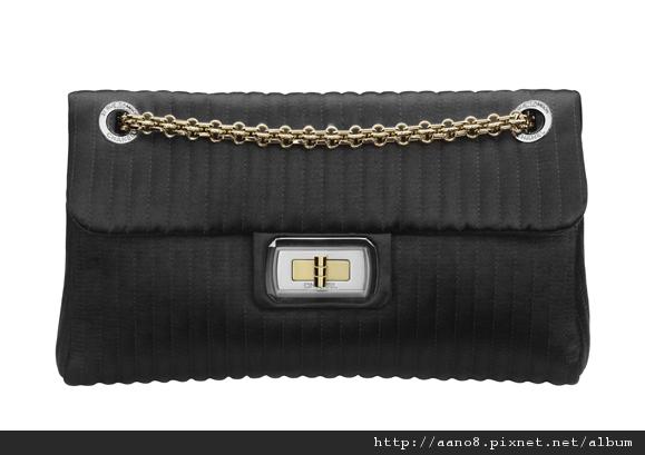 黑色緞面 直條紋鍊帶包 售價NT$87,300.jpg