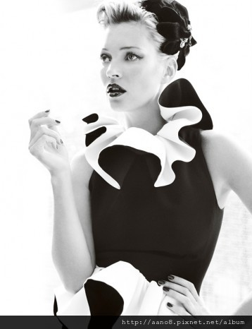Kate-Moss-by-Mario-Testino-for-Vogue-UK-August-260711-4-358x466.jpg